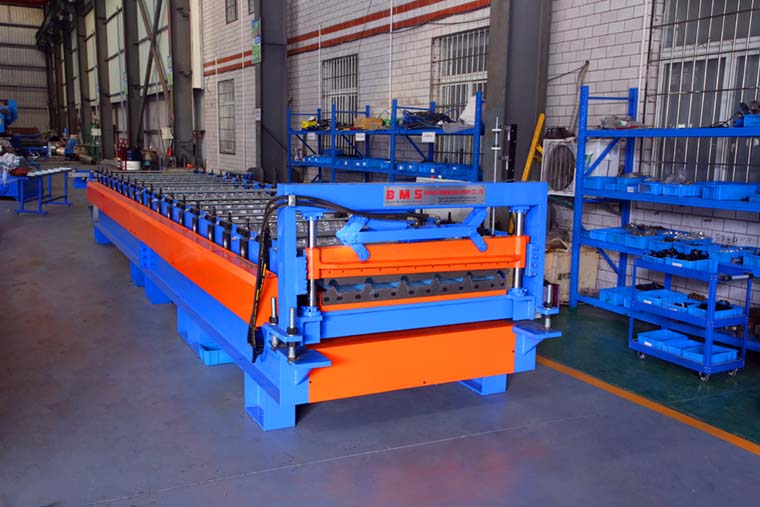 Rib type roofing machine